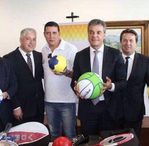 cc192d5aede62 O prefeito Beto Costa em companhia do secretário de Esporte Luiz Carlos de  Souza participou da reunião hoje, segunda-feira, dia 25, no Palácio Iguaçu,  ...