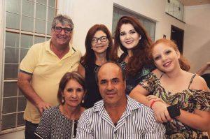Sergio Montanher com a esposa e a família do amigo Ademir Lima