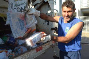 Os coletores encontram grande quantidade de material reciclável acumulado no lixo úmido